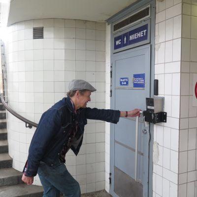 Rautatieaseman miestenvessan ovella toimittaja Mauri Tikkamäki