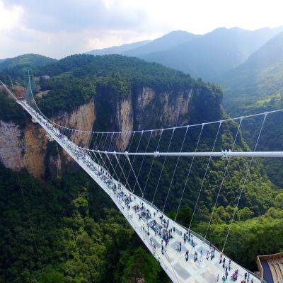 En bro vars golv består av glaspaneler har öppnats i Kina