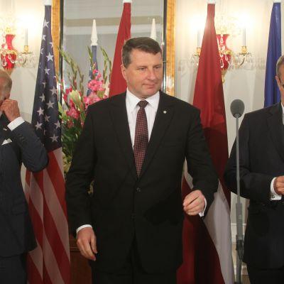 Yhdysvaltain varapresidentti Joe Biden (vasemmalla), Latvian presidentti Raimonds Vejonis (keskellä) ja Viron presidentti Toomas Hendrik Ilves tiedotustilaisuudessa Riiassa.
