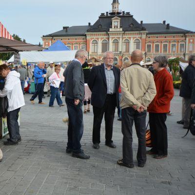 Kuopio juhlii -tapahtuma keräsi jo heti aamusta ihmisiä Kauppatorille.