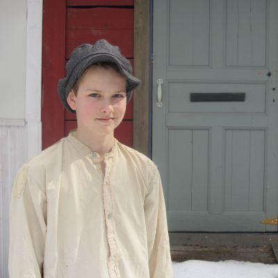 Paimion kesäteatterissa huutolaispoikaa näyttelevä Niko Riski.