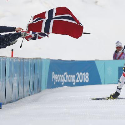 Johannes Hösflot Kläbo åker skidor.
