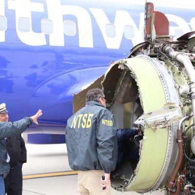 En första inspektion av den trasiga flygplansmotorn på flygplatsen i Philadelphia.