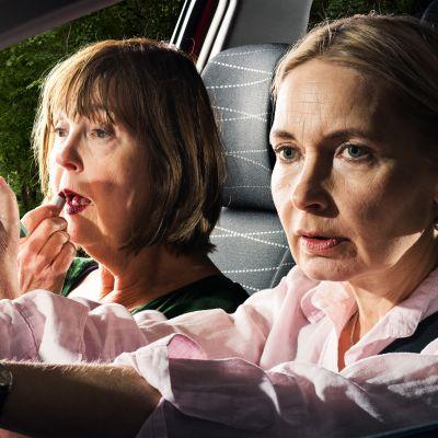 Radioteatteri esittää: Matkalla ädin kanssa. Roolihahmot (Leena Uotila ja Irina Pulkka) istuvat autossa