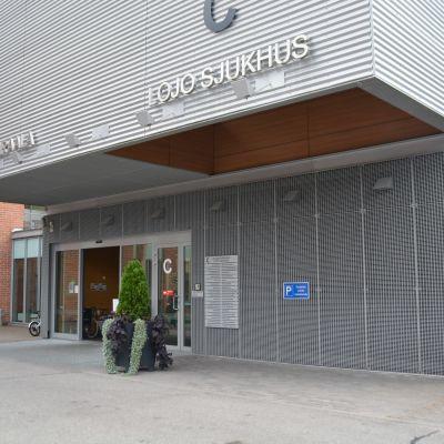 ingången vid Lojo sjukhus.