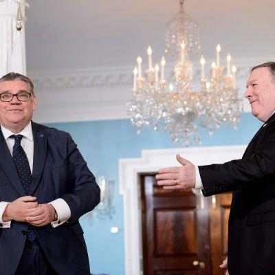 Utrikesminister Timo Soini och USA:s utrikesminister Mike Pompeo efter ett möte i USA 16.11.2018.