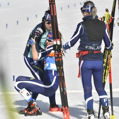 Krista Pärmäkoski (vas.), Eveliina Piippo ja Riitta-Liisa Roponen viestin jälkeen.