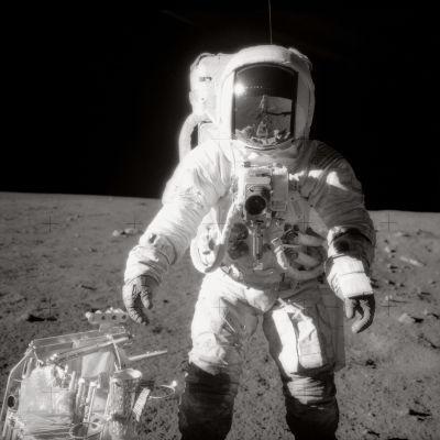 Astronautti Alan Bean kävelyllä Kuussa.