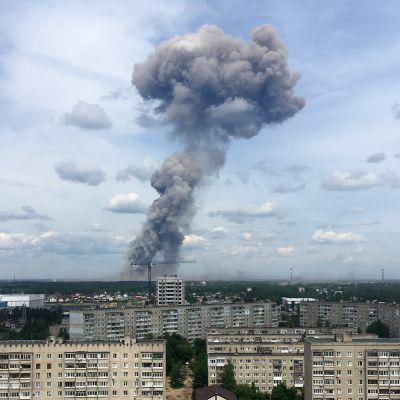 Rökmolnet låg högt över fabriken Kristall i Dzerzjinsk på lördag förmiddag.