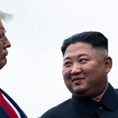 Donald Trump och Kim Jong-Un pratar innan de träffas i den demilitariserade zonen mellan Nord- och Sydkorea 30.6.2019