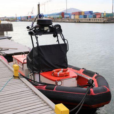 Rauman meripelastusyhdistyksen kahdesta aluksesta pienempi laituriin kiinnitettynä.