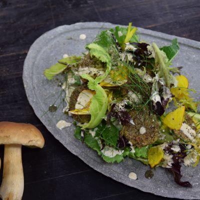 Portion svamppuffar på grå tallrik.
