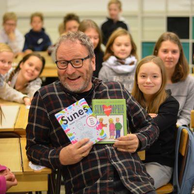 Författaren Sören Olsson tillsammans med elever vid Snappertuna skola.
