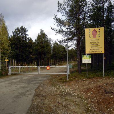 Skylt och bom i närheten av gränsen i Virtaniemi i Enare