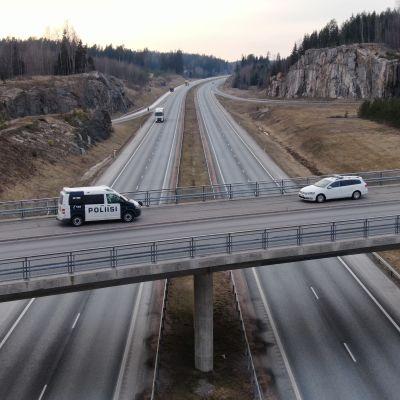Turun moottorite uudenmaan raja, poliiseja sillalla. kuvaussuunta pohjoiseen