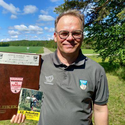 Kaukametsäläiset ry:n puheenjohtaja Juhani Sihvonen Juvan Jukolan maastossa 30 vuotta kilpailun jälkeen.
