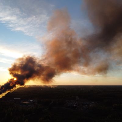 Eurajoen romuttamolla metalliromukasa on syttynyt tuleen.