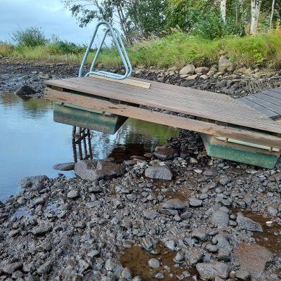 Laituri on jäänyt kuivalle maalle Iijoen rannalla, kun vesi laskenut rajusti.