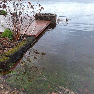 Iijoen syyskorkeus on poikkeuksellinen, ja vesi on kastellut rantarakenteita.