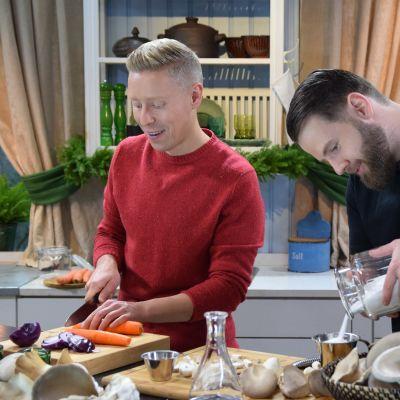 Programledaren Nicke Aldén och svampodlaren Robin Libäck i Strömsös kök