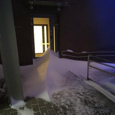 Oulun keskustassa lumi oli kinostunut kovan tuulen vuoksi.