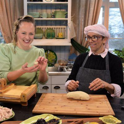 Elin Skagersten-Ström och Leticia Paulin bakar tortilla.