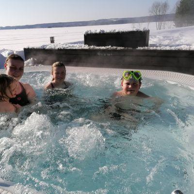 Nilsiäläinen Karpan perhe Bomban kylpylässä poreammeessa.