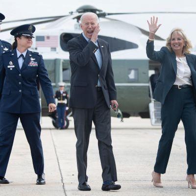 USA:s president Joe Biden och hans hustru Jill Biden vinkar till kamerorna före avfärd mot Europa.