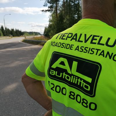 Tiepalvelun vapaaehtoinen tien varressa.