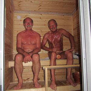 Ensimmäinen suomalainen sauna on rakennettu Albanian Sarandaan. Se on kerrostalon katolla. Näkymä Joonianmerelle ja Korfun saarelle suoraan sen lauteilta. Saunan lisäksi kattotasanteella on vain kylmä suihku. Vesi tulee katolla olevasta vesiboilerista, mu