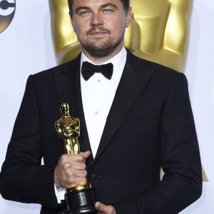 Leonardo DiCaprio fick äntligen sin första Oscar, nu för bästa manliga huvudroll i filmen The Revenant