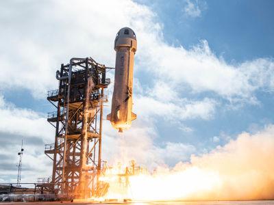 Raketen New Shepard lyfter mot skyn.