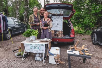 Kyläosuuskunta Rukin jäsenet Marja Nuora, PerViktor Hjalmarsson ja Ulla Vihermalmi jakamassa paikallisilta luomuviljelijöiltä tilattuja tuotteita ruokapiirin jäsenille.