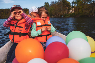 Vaunumäen lasten syntymäpäiväretkellä Taika, Suvanne ja Lumina tiirailivat veneestä uteliaina maisemia.