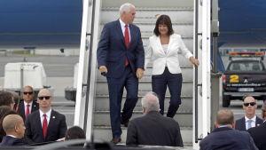 Mike Pence med fru anländer i Estlandd en 30.7.2017.
