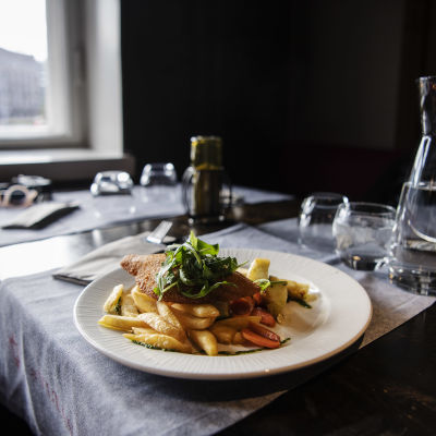 En portion fish and chips på en vit tallrik på restaurangen Vltava i centrum av Helsingfors i oktober 2020.