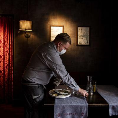 Kuvassa tarjoilija työskentelee ravintola Vltavassa lokakuussa 2020.
