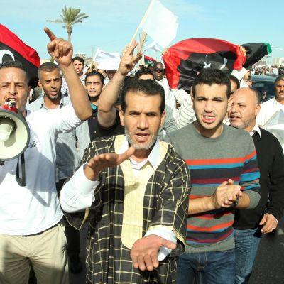 Demonstranter krävde att milisstyrkor lämnar sitt högkvarter i Tripoli