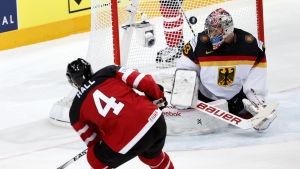 Taylor Hall gör mål mot Tyskland i VM i Tjeckien.