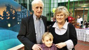 Ett äldre par med en ung pojke på BUU-dagen.