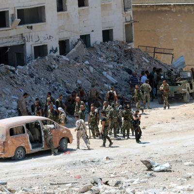 Syriska regeringssoldater i Leramundistriktet i nordvästra Aleppo efter att ha tagit tillbaka kontrollen över området 28.7.2016