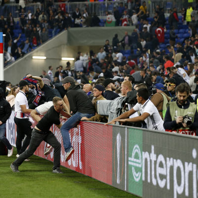 Fans i Lyon flyr in på plan för att undvika våldsamheter.