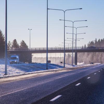 Motorväg i vintrigt solsken.