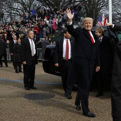 Donald Trump vinkar till folket under instalaltionsparaden Washington.