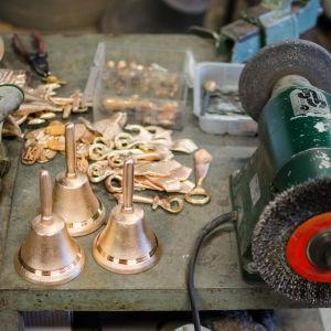 Klockor och andra bronsarbeten.