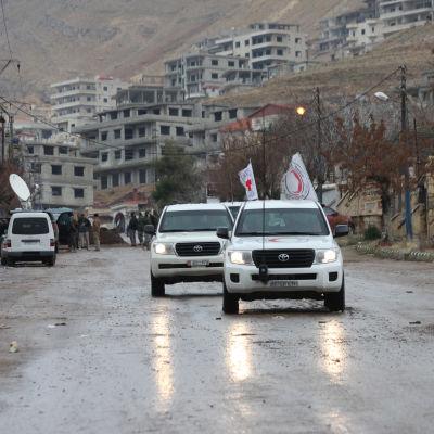 Fordon utanför staden Madaya i Syrien den 14 januari 2016.