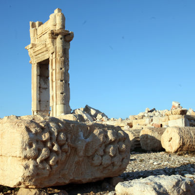 Bild på förstörelsen av världsarvsstaden Palmyra i Syrien. Nerfallna pelare och sönderslagna stenbyggnader.
