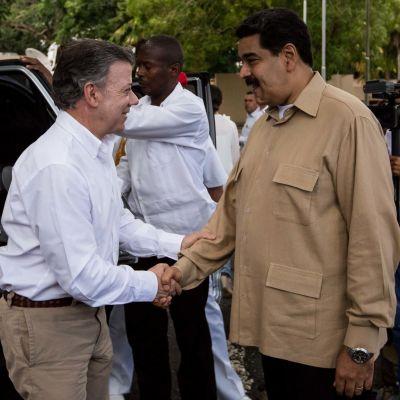 Colombias president Juan Manuel Santos (t.v.) och Venezuelas president Nicolás Maduro skakar hand under mötet om ländernas gränstvist 11.8.2016.