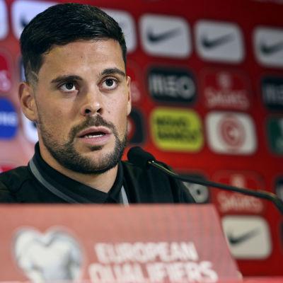 Backen Marc Vales på presskonferens för sitt Andorra.