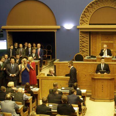 Jüri Ratas regering svärs in i Riigikogu.